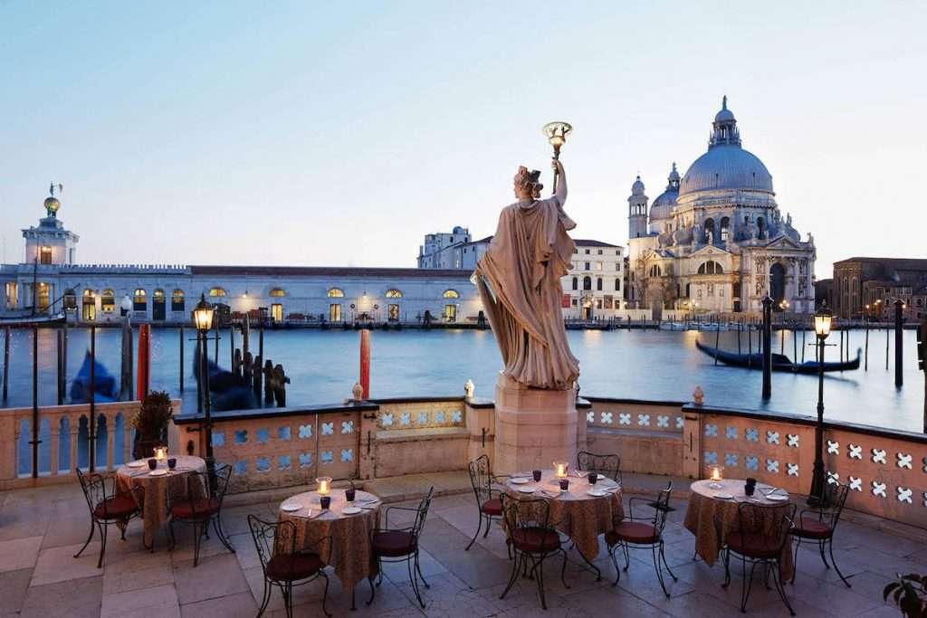 Il Settimo Cielo Rooftop Lounge and Restaurant di Hotel Bauer Palazzo Venezia diventa la casa veneziana di una delle più blasonate cantine francesi, nonché lo Champagne da 60 anni amato da James Bond