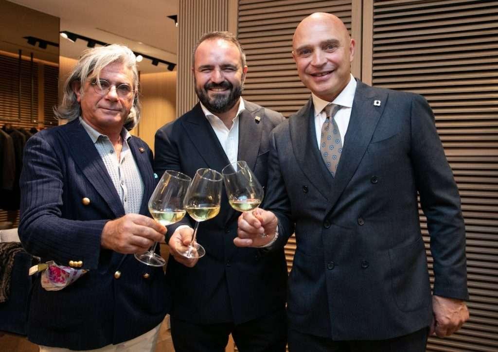 Lo stilista Luigi Lardini, il presidente di Milano Wine Week, Federico Gordini, e l'enologo Luca D'Attoma in occasione del faccia a faccia tra i due protagonisti del vino e della moda